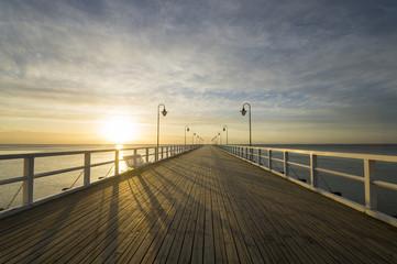 Drewniane molo nad Morzem o wschodzie słońca © Mike Mareen