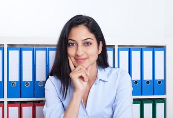 Sympathische türkische Geschäftsfrau im Büro