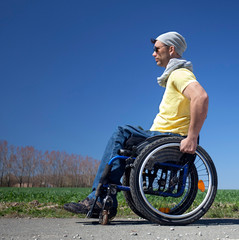 junger modener Mann mit Handicap