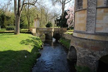 Eine alte Brücke über einem Bach