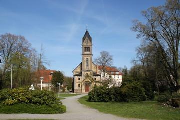 Ein Klostergarten mit einer Kapelle