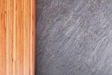 Pinienholzblock auf Steinplatte