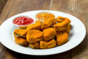 Nuggets auf einen Teller