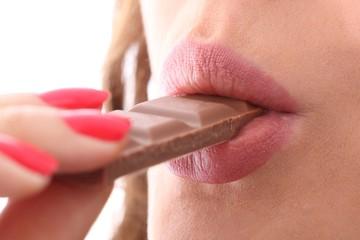 Frau isst Schokolade (Nahaufnahme)