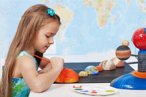 Plagát Painting the sun - schoolgirl in science class