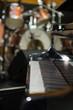 Klavier im Hintergrund ein Schlagzeug - 81887523
