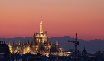 Duomo di Milano al tramonto rosa