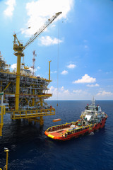 Crane operation on offshore construction platform
