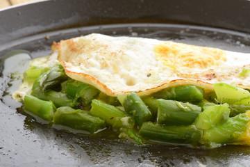 frittata con asparagi in padella