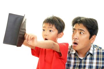 財布を持つ父親と子供