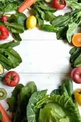 緑黄色野菜とフルーツ フレーム 白木材背景