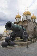 Царь-пушка и купола Успенского собора. Московский кремль
