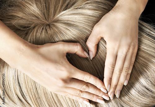Leinwanddruck Bild Heart sign on the blond wig