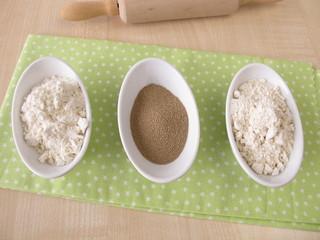 Mehl und Trockenhefe