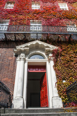 Fachada de un edificio estilo georgiano, Dublín. Irlanda.
