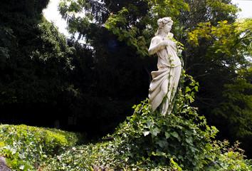 Statua con vestito di foglie