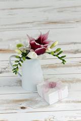 Blumenstrauß mit Geschenk