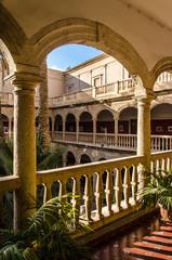 Säulen Gang mit Innenhof in Andalusien