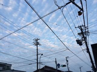 うろこ雲の交差点