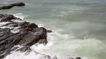 olas y rocas en el oceano atlantico.