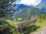 Bank mit herrlicher Aussicht im Gebirge