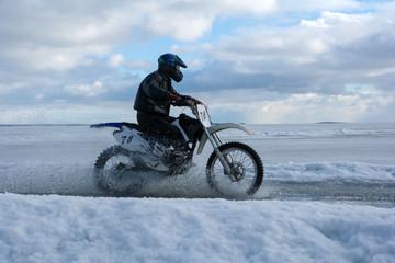 Мотоциклист на льду