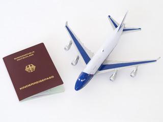 Kinderreisepass mit Spielzeug Flugzeug