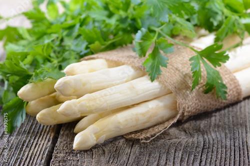 Biel, niemiecki asparagus z gładką pietruszką na drewnianym stole