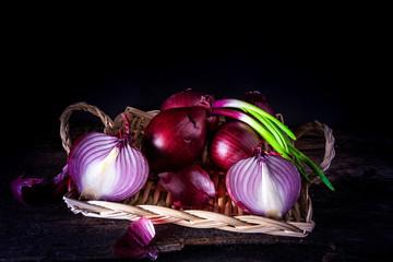 vassoio in vimini con cipolle rosse