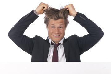 Junger Geschäftsmann rauft sich die Haare