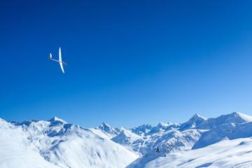 volo a vela sulle alpi innevate