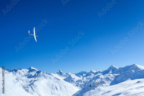 Leinwandbild Motiv volo a vela sulle alpi innevate
