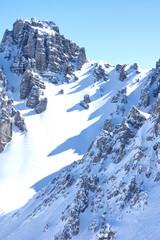 Verschneite Berge mit blauem Himmel