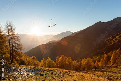 Leinwanddruck Bild aliante in volo su paesaggio autunnale