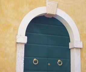 Tür mit Bogen