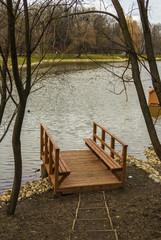 Деревянная пристань на реке, причал у воды