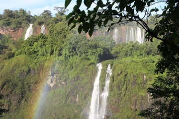 Regenbogen vor Wasserfällen (Iguaçufälle, Brasilien)