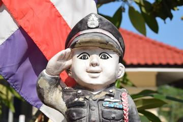 Polizistenfigur vor thailändischer Flagge
