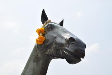 Geschmückte Pferdestatue