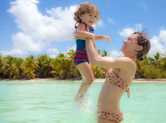 madre e figlio giocano nell'acqua dei Caraibi