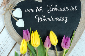 Holztafel in Herzform mit am 14. Februar ist Valentintag