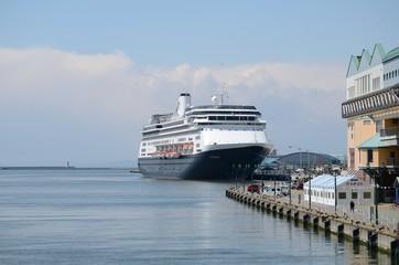 港に接岸する大型船
