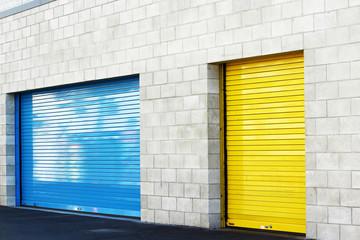 青と黄色のシャッター