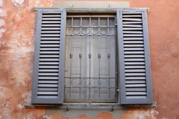 Finestre con persiane grigio, facciata palazzo