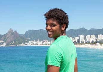 Lachender Latino am Strand von Ipanema