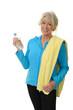 Sportliche Seniorin mit Handtuch über der Schulter