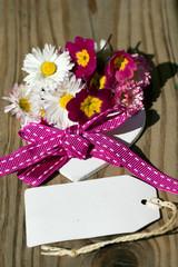 Herz mit Gänseblümchen und Stiefmütterchen