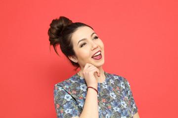 bella ragazza con espressione e sorriso