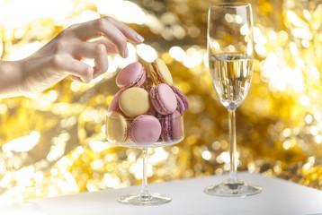 Glas mit Macarons, Sektglas, Hand