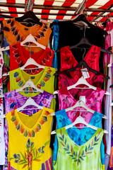 Auswahl bunter Kleider
